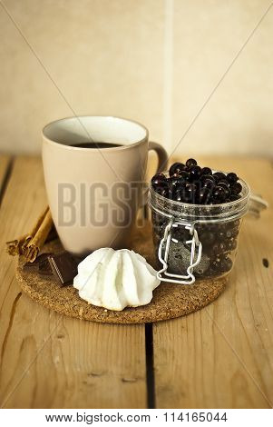 Blackcurrant with tea and meringues