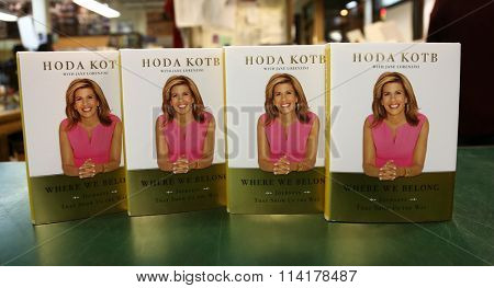 HUNTINGTON, NY-JAN 8: TV personality Hoda Kotb signs her book