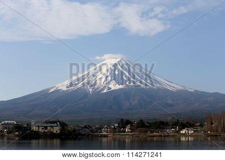 Kawaguchiko Lake And Views Of Mount Fuji.