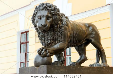 Lion at the entrance to the Novgorod fortress.