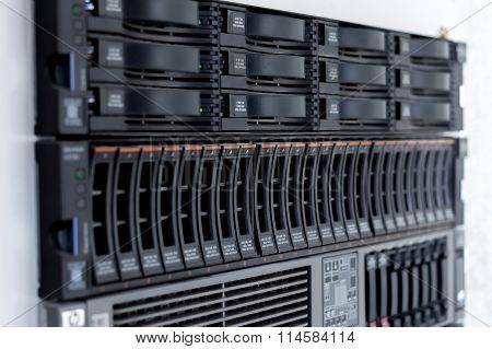 Disk Storage Drives Form Factor 2.5-inch Disk Storage Drive Form Factor Of 3.5 Inches In A Single Se