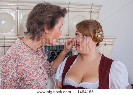 Mother pinches your daughter in the jaw