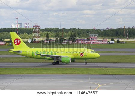 The plane of the company S7 Siberia Airlines Airbus A319 (VP-BHP) in the airport Pulkovo. St. Peters
