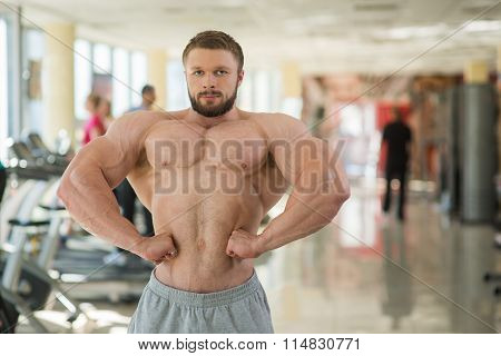 Muscular man in gym.
