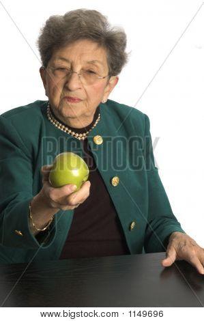 Mulher com maçãs