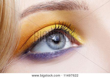 Mädchens Augenzone bilden