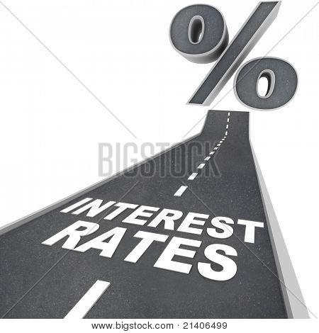 Las palabras las tasas de interés en un camino de asfalto y un signo de porcentaje en la parte superior de la calle, que simboliza