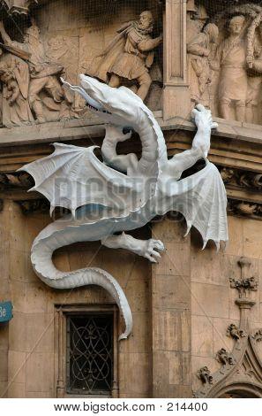 Dragon auf der Seite Rathaus In München, Deutschland