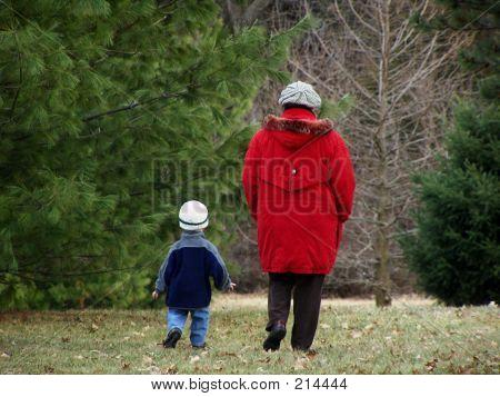 Nieto y abuela caminando