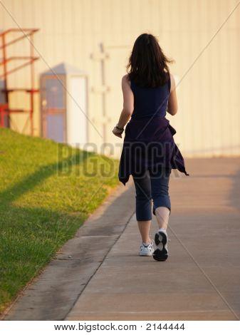 Vrouw lopen voor oefening