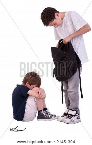 Kinder leiden unter Mobbing durch ein Teenager, Isolated On White, Schuß