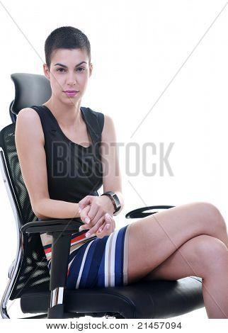 hapy bela fêmea jovem morena modelo posando em cadeira ergonómica de negócios