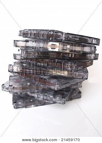 Uma pilha de velho antiquado fitas cassete, isoladas no branco