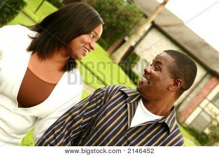 Pareja afroamericana con el fondo de la casa