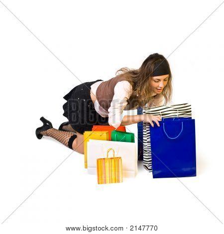 Hermosa chica busca en Shoppingbag y sonrisas