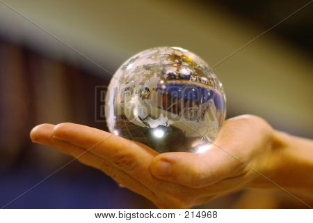 Mano que sujeta el globo de cristal