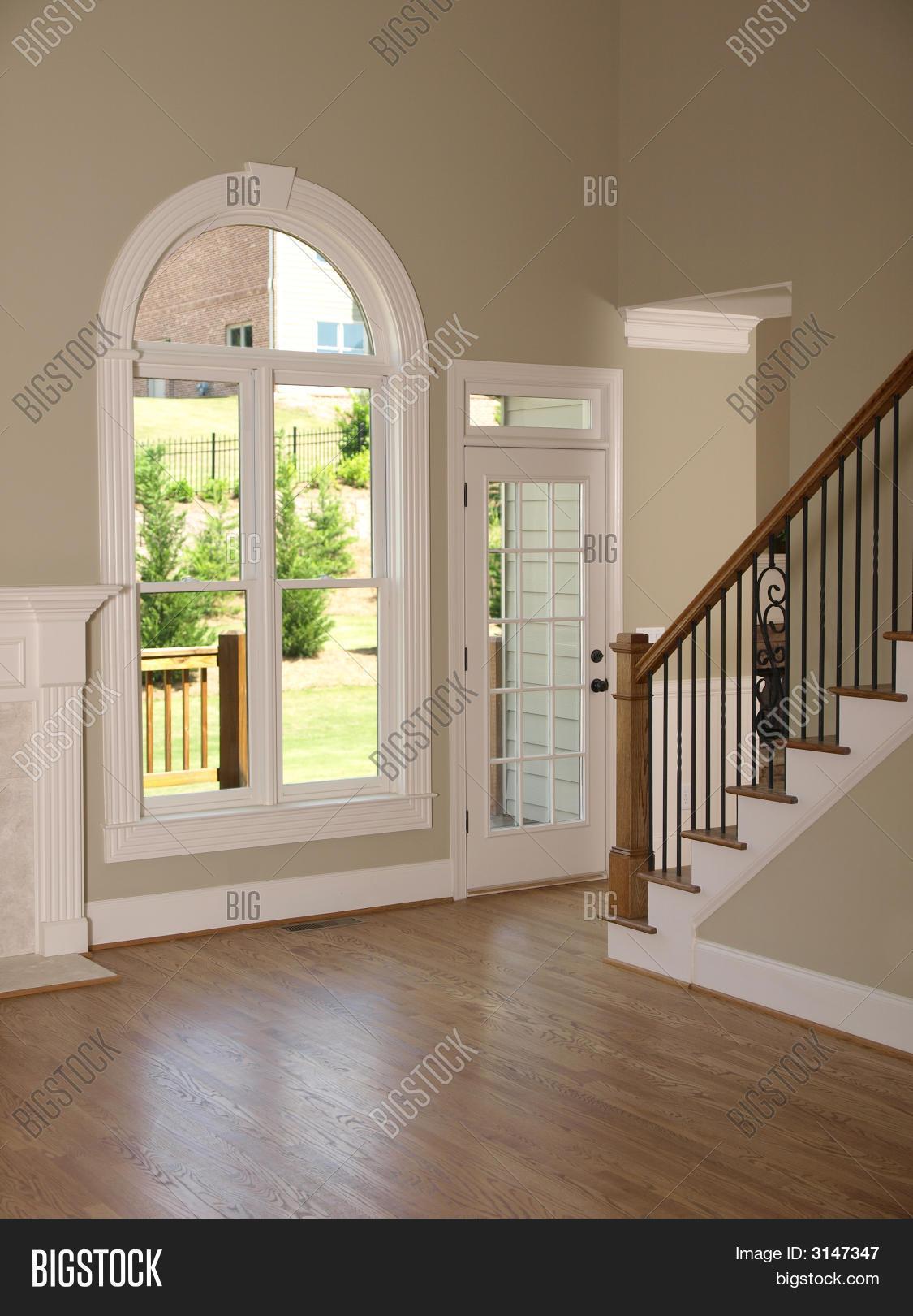 casa de lujo modelo living comedor con escalera