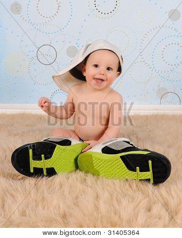Doce menino com chapéu de seu pai e tênis