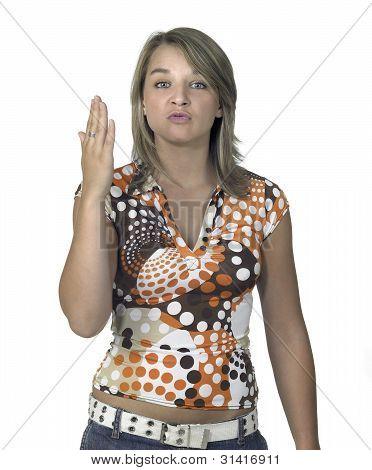 provokative blonde Mädchen zeigen flache hand