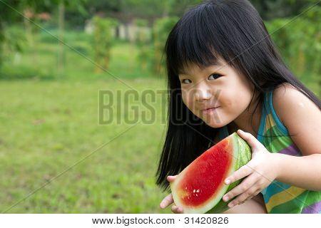 Criança feliz com melancia