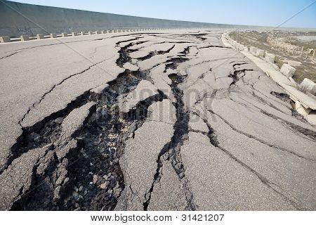 Estrada rachada após terremoto