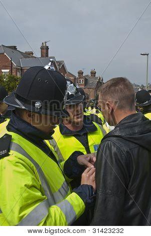 Plymouth Argyle torcedor sendo procurado pela polícia em 1 partida entre Exeter City Fc e