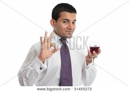 Un hombre con vino muestra aprobación o excelencia
