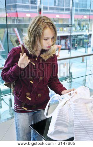 Teenager-Mädchen-einkaufen