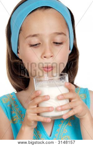 Mädchen trinken Milch