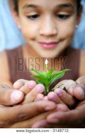 Mädchen Holding Plant