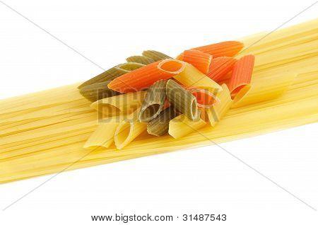 italienische Pasta Spaghetti und Penne Rigate tricolore