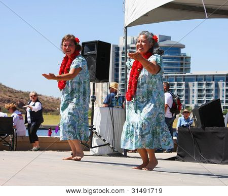Duas mulheres de dança durante o Festival do barco dragão