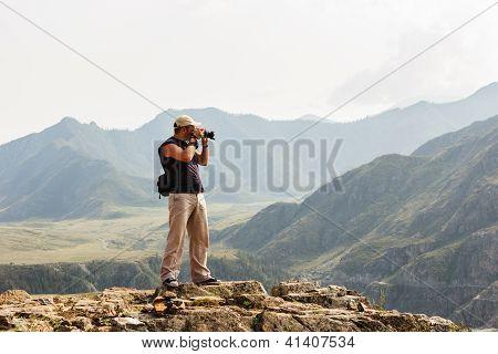 professioneller Fotograf in den Bergen macht, schießen