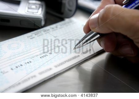 Firmar Un Cheque. Sign A Bank Check