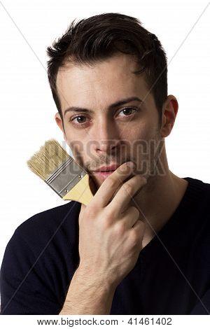 Homem segurando um pincel