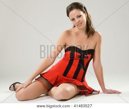Junge Frau in roten kurzen Kleid