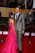 LOS ANGELES - 27 de JAN: Lea Michele, Cory Monteith chegam do ator 2013 Screen Guild Awards em