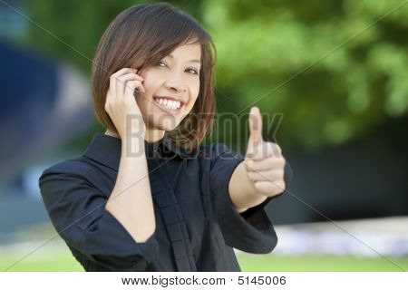 schöne orientalische Frau an einem Handy