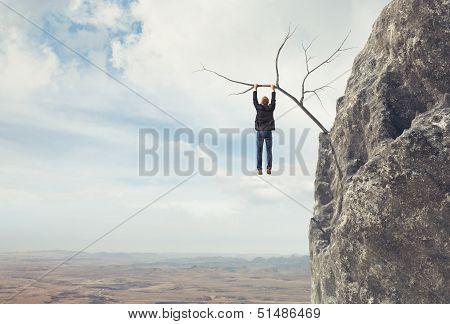 Hombre de negocios sube a la montaña