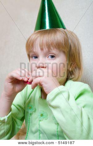 kleines Mädchen weht einen Ballon