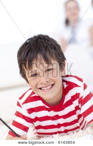 Portrait von Kid Zeichnung im Wohnzimmer im Erdgeschoss