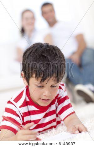 lächelnd Kid Zeichnung im Wohnzimmer im Erdgeschoss