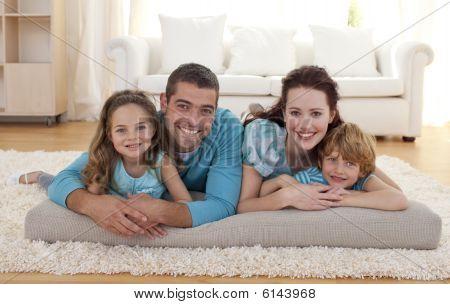 Familie im Wohnzimmer im Erdgeschoss
