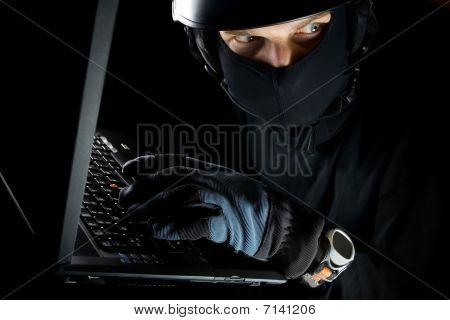 Sicherheitskonzept mit Mann und Laptop in der Nacht