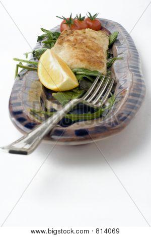 Fisch und Salat auf Steingut Platte