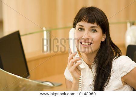 attraktive junge Frau Recepionist mit Telefon