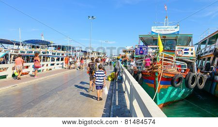 Traveler Go To The Pier