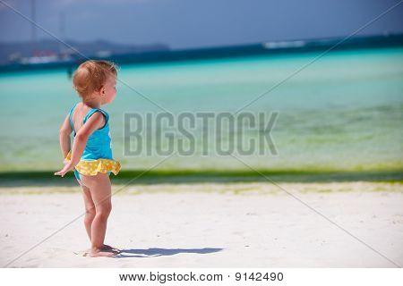 Kinder Kleinkind Mädchen an tropischen Strand