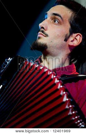 VINNITSYA, - setembro 19.2008 acordeonista Titti Castrini realiza no palco na XIII Interna