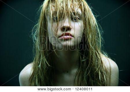 hermosa chica con el pelo mojado.